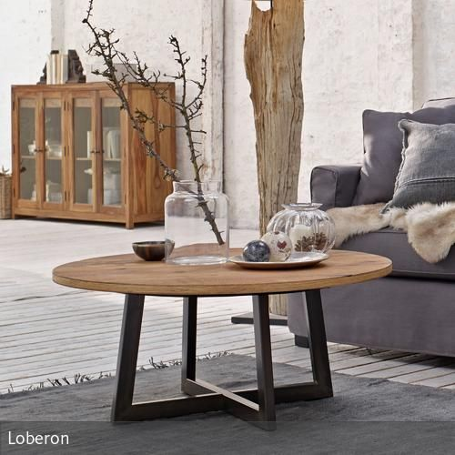 Das Design dieses Couchtisches überzeugt durch seine schlichte Eleganz. Die runde Tischplatte besteht aus naturbelassenem Eichenholz, das kantige Eisengestell…