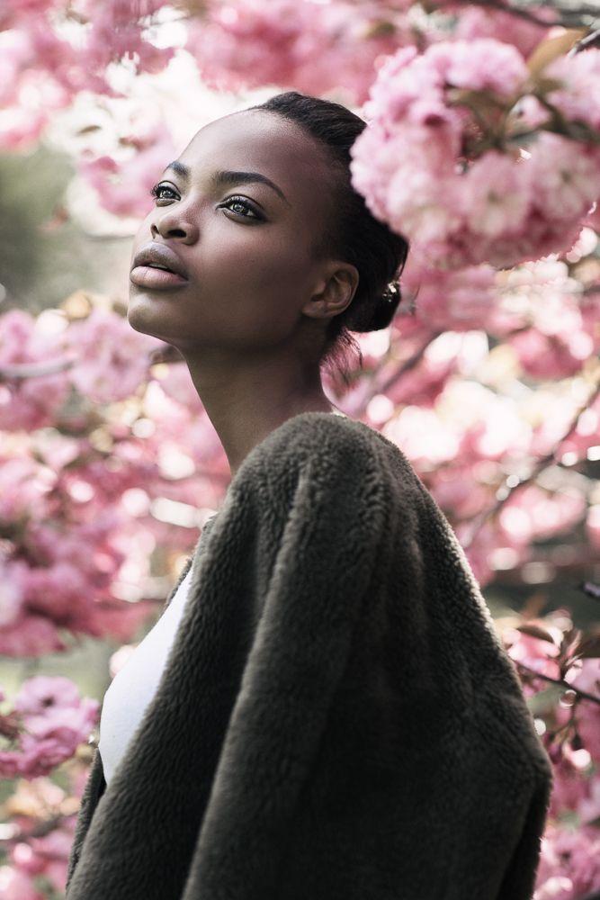 MODEL: donkere huid, volle lippen, amandelvormige ogen, vrouwelijke vormen, hoge jukbeenderen