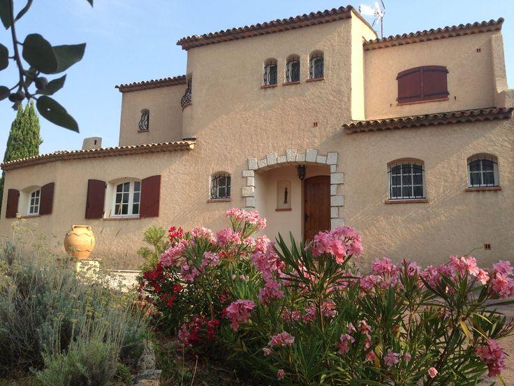 Location Vacances! Saint-Raphaël, villa provençale labellisée 3 épis, avec piscine privée, pour 11 personnes. #LocationsVacances #MediaVacances #Villa #PACA #Piscine