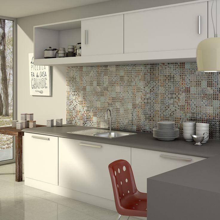 Flisene over kjøkkenbenken blir et lite kunstverk i seg selv <3 Lekker kontrast mellom hvit innredning og fargerike fliser #flisekompaniet