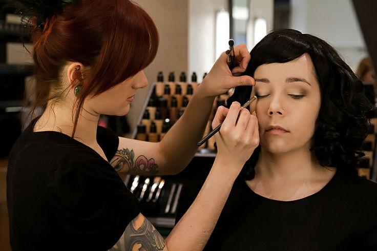 Alle producten kunnen in de winkel worden uitgetest. Deze worden door de make-up artiesten aangebracht, ook wordt er bij de applicatie altijd een persoonlijk advies gegeven.