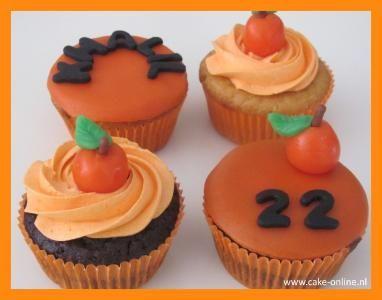 Chocolade cupcakes gevuld met melk chocolade crème en vanille cupcakes gevuld met witte chocolade .