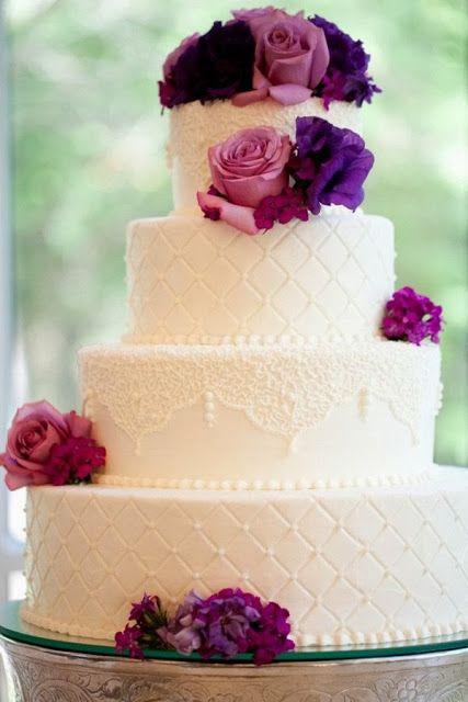Tarta de boda con flores moradas