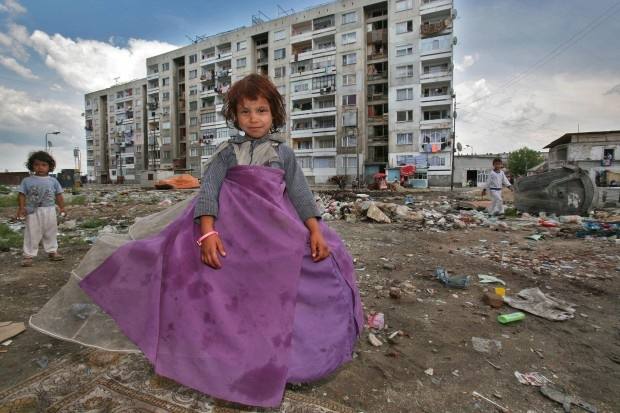 Armut, Schmutz, Rassismus: Zwei Roma-Kinder in einer bulgarischen Elendssiedlung