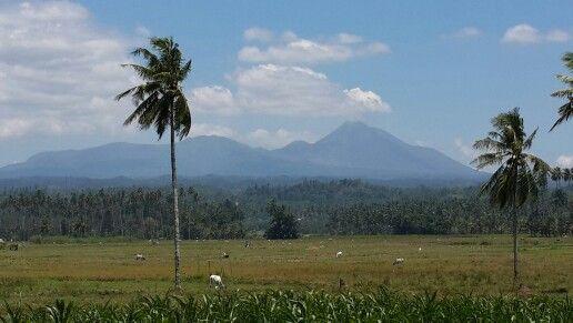Gunung Soputan dilihat dari Desa Paslaten, Minsel