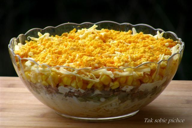 Salatka warstwowa z tunczykiem.
