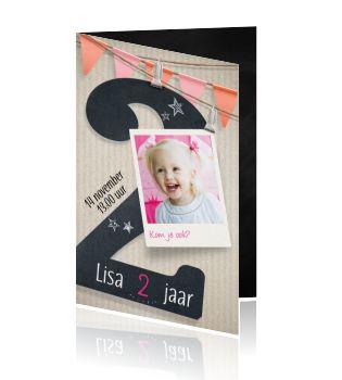 Hippe uitnodiging verjaardagfeestje voor een meisje van 2 jaar.  Hippe karton look in combinatie met zwart krijtbord maken deze kaart super trendy. Maak een leuke, lieve of gekke foto en plaats deze op de voorkant van de kaart.
