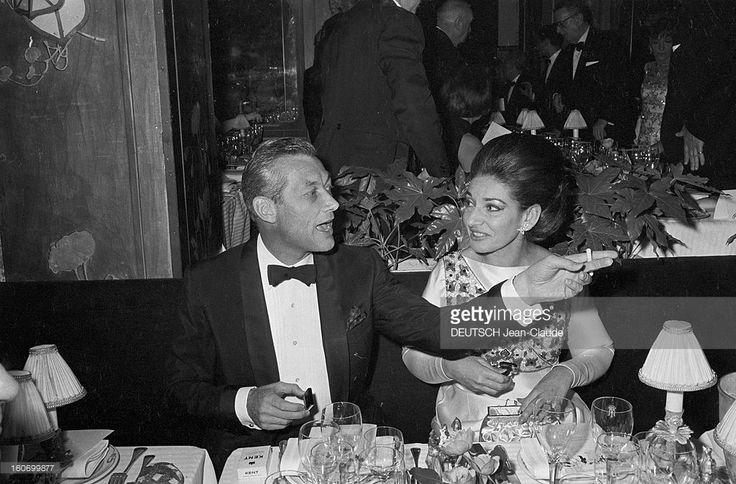 EVGENIA GL MAXIM CALLAS First Of The Film 'the Chip Ear' By Charon Jacques At Maxim's. Paris- 19 Octobre 1968- Lors du Gala chez Maxim's, avenue Gabriel, pour la première du film 'LA PUCE A L'OREILLE' de Jacques CHARON, scénariste Georges FEYDEAU, Rex HARRISSON, acteur britannique, bras tendu, une cigarette en main, et Maria CALLAS, cantatrice grecque, en tenue de soirée, assis côte à côte à une table.