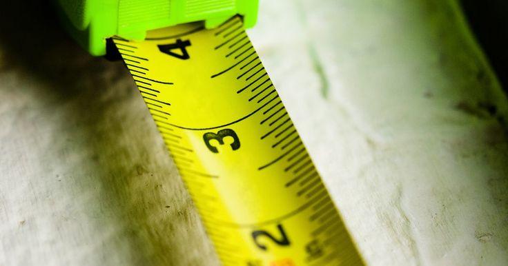Cómo convertir metros cuadrados a metros lineales para pisos de baldosas. El metro lineal es una medida a lo largo de una línea recta, tal como la longitud y anchura de una habitación (ver referencia 2). La conversión de metros cuadrados a metros lineales se realiza para calcular el número de baldosas necesarias para cubrir la longitud de una superficie dada. Por ejemplo, una habitación con un área de superficie de 252 ...
