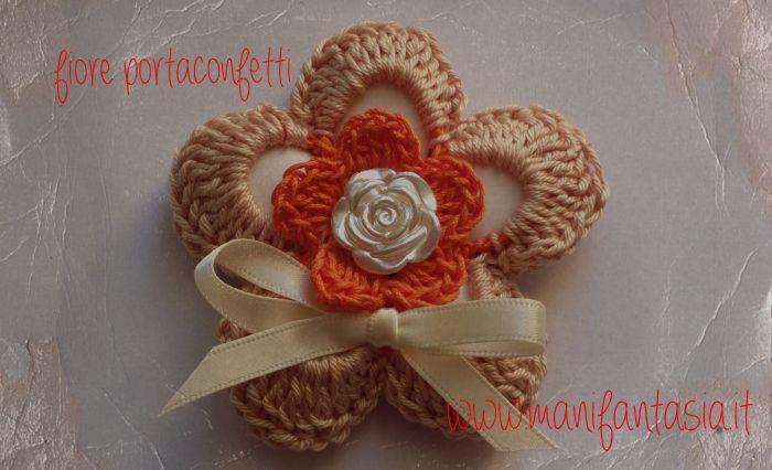 il fiore portaconfetti uncinetto è composto da 2 fiori a 5 petali uniti con maglie bassissime in ogni petalo è inserito un confetto, il fiore portaconfetti