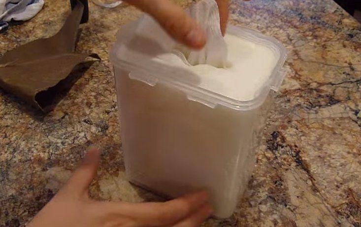 Ze snijdt een keukenrol in twee stukken en voeg 3 ingrediënten toe. Daarmee bespaart ze heel veel geld!
