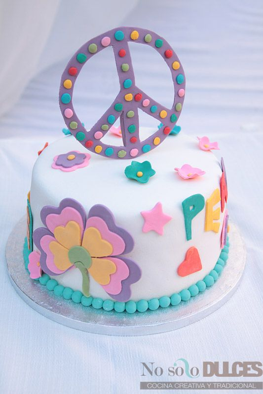 No solo dulces tarta fondant hippie Love and peace Con ganache de chocolate blanco y bizcocho multicolor