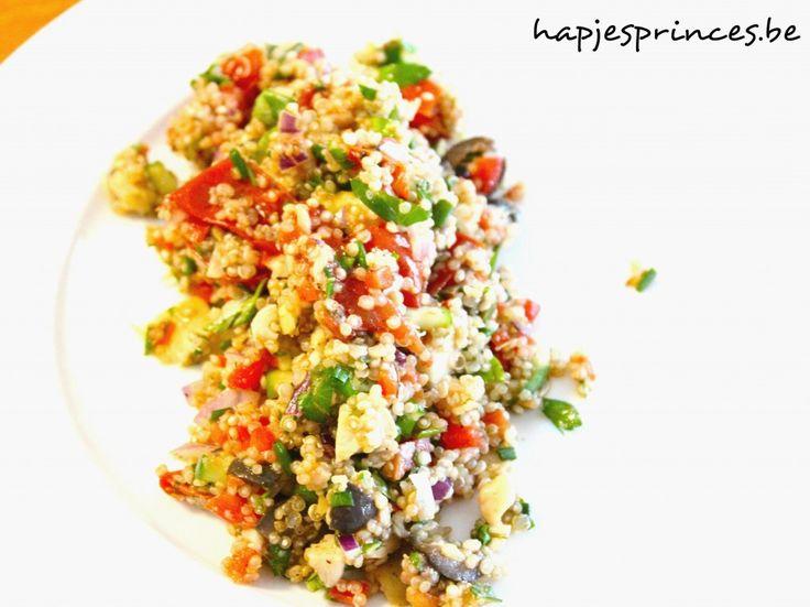 Zomerse quinoasalade met een salsa van komkommer, paprika, olijfjes, rode ui en artisjok. Heerlijke de zoete smaak van de geroosterde tomaten.