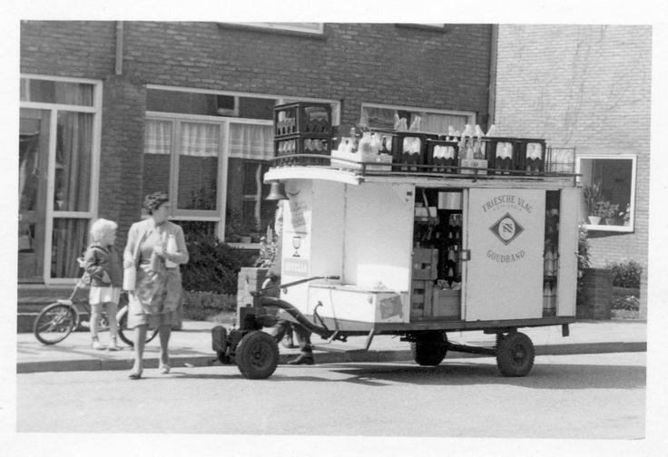 Een #melkboer, #melkman was iemand die langs de deur ging met voornamelijk melk en zuivelproducten, en eventueel een winkel dreef.