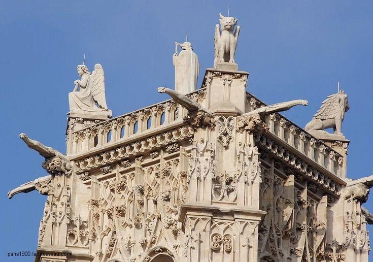 Tours Saint Jacques Au sommet, les quatre symboles évangéliques: l'Ange, le Lion, le Bœuf, l'Aigle et la statue de Saint-Jacques Le Majeur en costume de pèlerin (haute de 4 m), sont dus à Jean-Louis Chenillon.