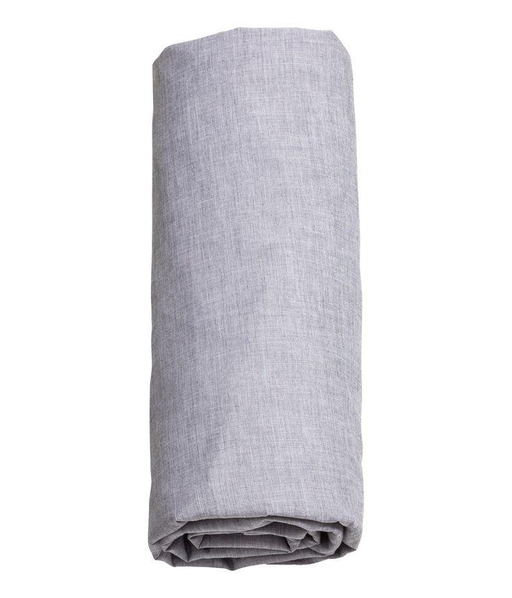 Grå. Ett dra-på-lakan i fintrådig och tätvävd bomullschambray. 40s-garn. Passar madrasser upp till 23 cm höga.