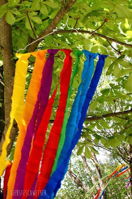liebste schwester: Schnelle Deko zum Sommerfest oder für jede Party, bunte Bänder  Was ihr braucht: Krepppapier, Schere, Drahtbügel (gibt es in der Reinigung)