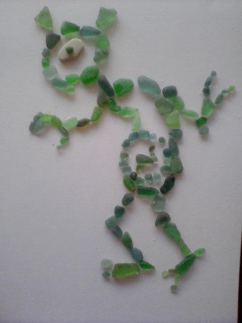 Ид, выложенный из обточенных водой стёклышек. Авторы: kisa007 и Jumper