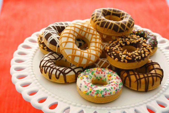 Als kind was ik er al dek op: Donuts! Met al die toppings en sprinkels! Maar oh nee, glutenvrije donuts? En nu? Nu kan het nog steeds met dit recept! Enjoy!