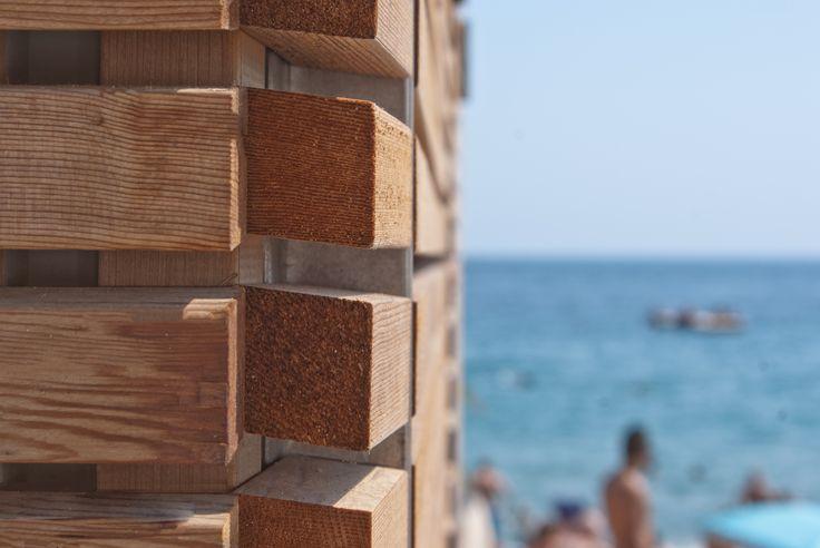 """CEDRO ROSSO CANADESE. Rivestimento in legno per esterno per la copertura dello stabilimento balneare """"Plage Maema"""" di Cannes, Costa Azzura. Foto di @sofizophe"""