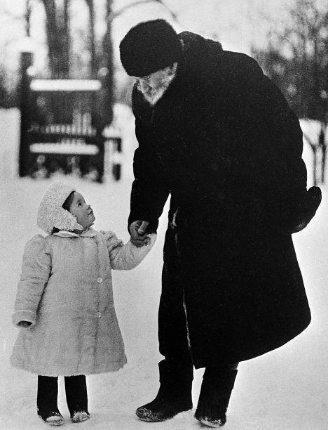 Leo Tolstoy (1828 – 1910) with his granddaughter Tatiana (1905 – 1996). Photo:  1909. #Leo_Tolstoy