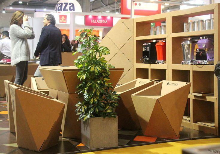 Muebles carton reunion zona descanso silla mesa geometrica estanteria diseñado por Cartonlab. Cardboard furniture meeting area rest zone geometric chair table shelf bookshelf designed by Cartonlab.