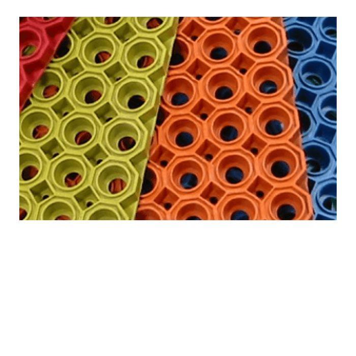 Mata Ażurowa gumowa (kolor) wejściowa (100x100cm) .Mata ażurowa (kolorowa) charakteryzuje się wyjątkową trwałością i dużą odpornością na ścieranie oraz zmiany temperatury. Dobrze czyści obuwie. Wykonana jest z naturalnej gumy bez dodatku wypełniaczy. Specjalnie uformowany spód daje naturalny drenaż.Zakres temperatur stosowania: od -30°C do