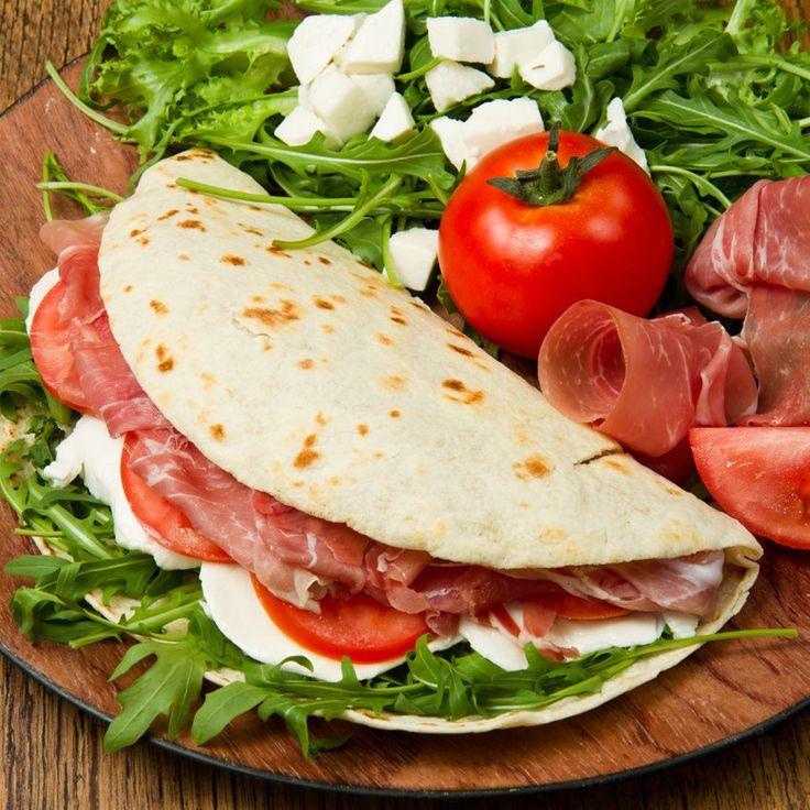 Piadina | Pomodoro, mozzarella, rucola e prosciutto crudo | #summerfood #foodonboard #cambusa
