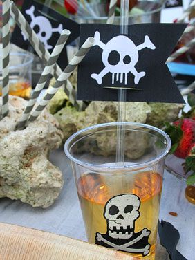 Bicchieri trasparenti con decoro davanti e cannuccia con bandiera pirata
