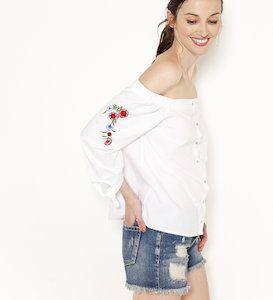 Kup Bluzka z popeliny z odkrytymi ramionami - Camaïeu Ta przepiękna popelinowa bluzka z rozcięciami na rękawach pomoże ci stworzyć kobiecą i modną styliz