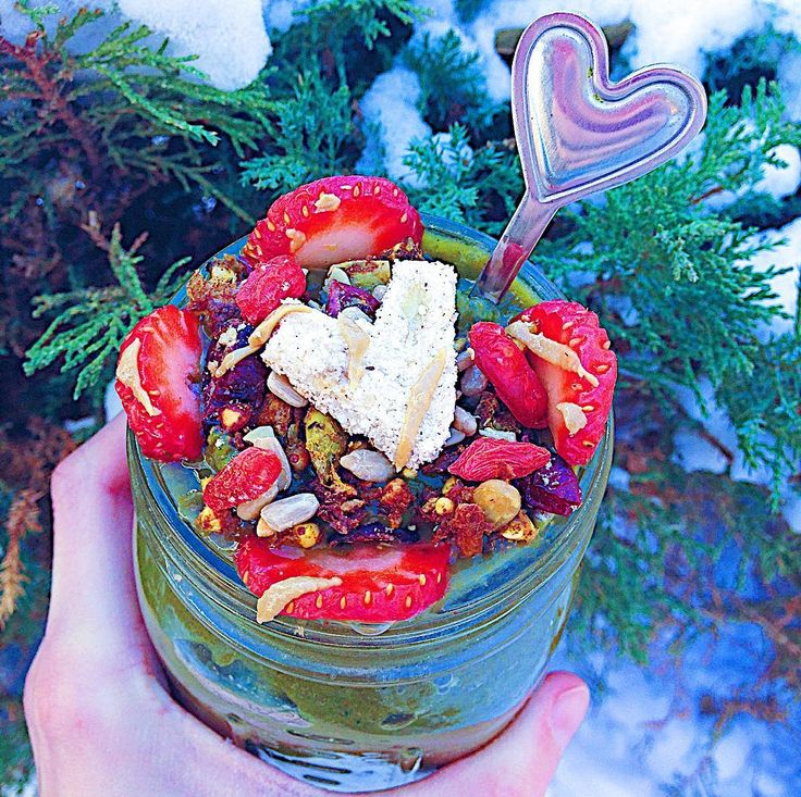 I'm currently swaddled in blankets while I devour this creamy berry #smoothiebowl but it's 10/10 worth it! Especially with #nicecream toppings like goji berries from @nuts.com @enjoylifefoods #nutfree trail mix homemade #vegan baked pancakes and sunbutter drizzles on top. What's the weather like where you live? #glutenfree #celiac #paleo #healthy #lowfodmap #foodart #foodblogger #vscofood #nanaicecream #smoothie