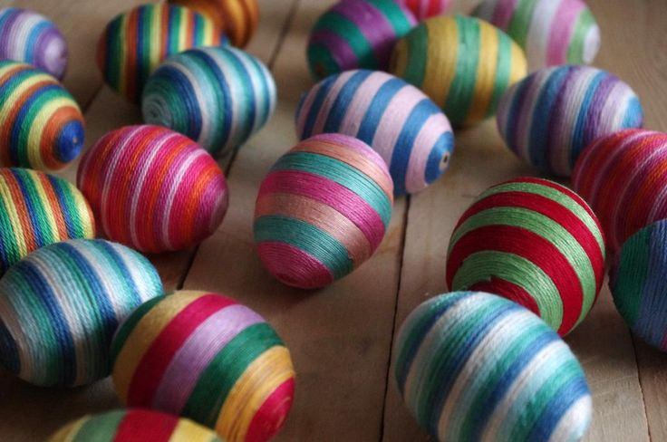 Duhová velikonoční vajíčka - Tato vajíčka jsme pečlivě oblepili vyšívací stužkou. Vždy  jsme nakombinovali různé barvy a vzory. ( DIY, Hobby, Crafts, Homemade, Handmade, Creative, Ideas)