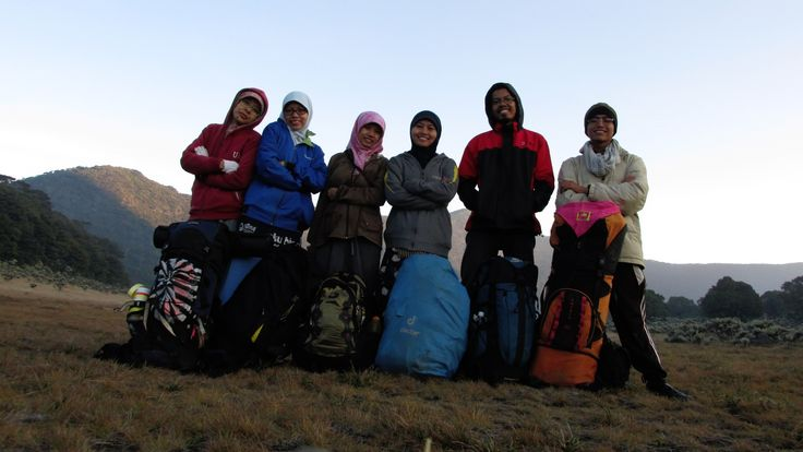 The Giant Kids, yeah! Dari kanan: Afik, Tendi, Titin, Ika, Rima, Diyan... dan hamparan Surya Kencana. #Selfie_Timer