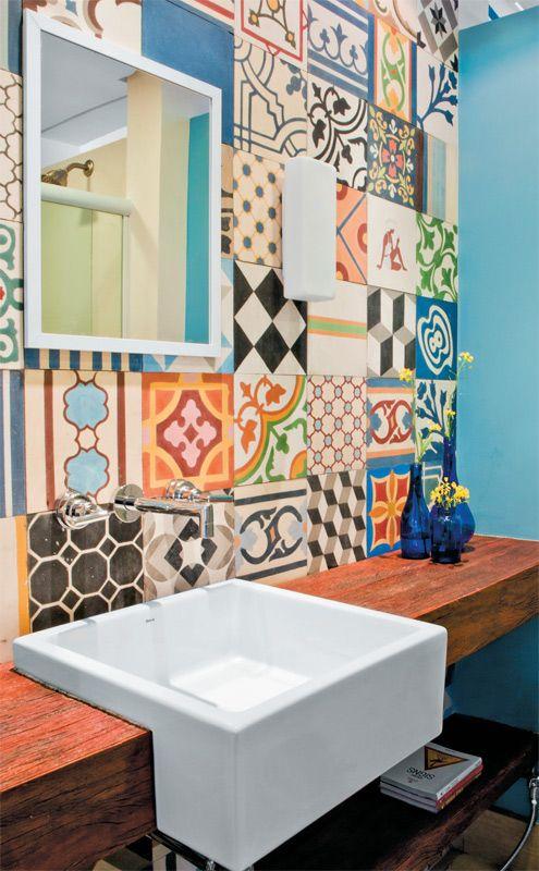 No lavabo, a parede do espelho foi revestida de 70 ladrilhos hidráulicos de estampas diferentes