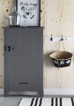 pour la salle de jeu : bois sur les murs et petit meuble repeint en gris pour le rangement