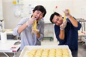 Moda do lámen firma-se em São Paulo - fábrica na cidade dá novo fôlego ao prato japonês  Por anos, só havia lámen importado em São Paulo – e o prato-símbolo de conforto japonês ficou nas fronteiras da Liberdade. A situação mudou com a inauguração de fábricas nacionais do macarrão