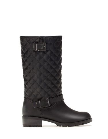 Flat black quilted boots from Stradivarius 2014