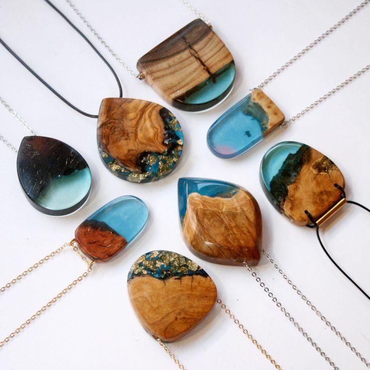 <p>Jóias artesanais que misturam madeira descartada e resina.</p>