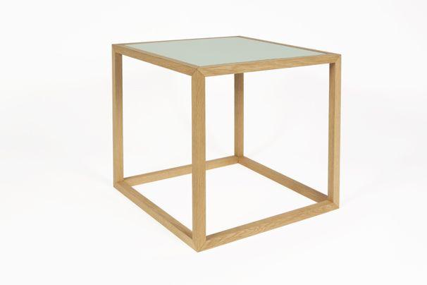Sixto kubebord fra Nicolaj Bo™. Designet af Thor Høy. Stel i massiv egetræ. Bordplader i hvid og tyrkisgrøn laminat.  Kan vendes.