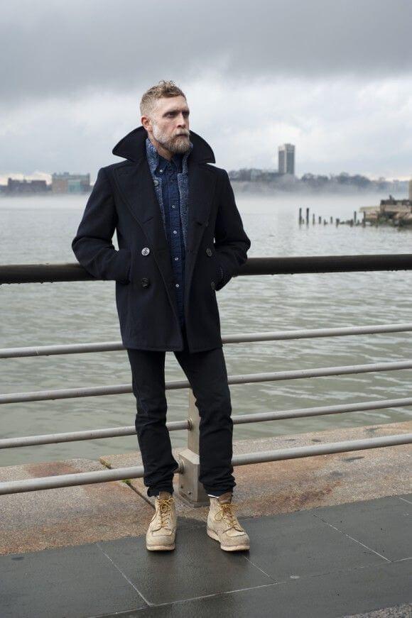 ネイビーPコートをデニムシャツ、スウェードのレッドウィングアイリッシュセッターと合わせた着こなし
