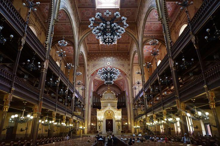 Binnen in de Grote Synagoge zie je prachtige vergulde bogen en mozaiekvloeren. Om binnen te komen moeten de mannen wel (met hoed of keppeltje) je hoofd bedekken. De vrouwen moeten schouders en bovenbenen bedekt hebben.