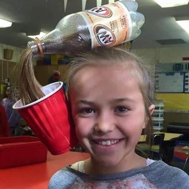 Flasche und Becher am Kopf - Haare als Getränk in einen Becher füllen