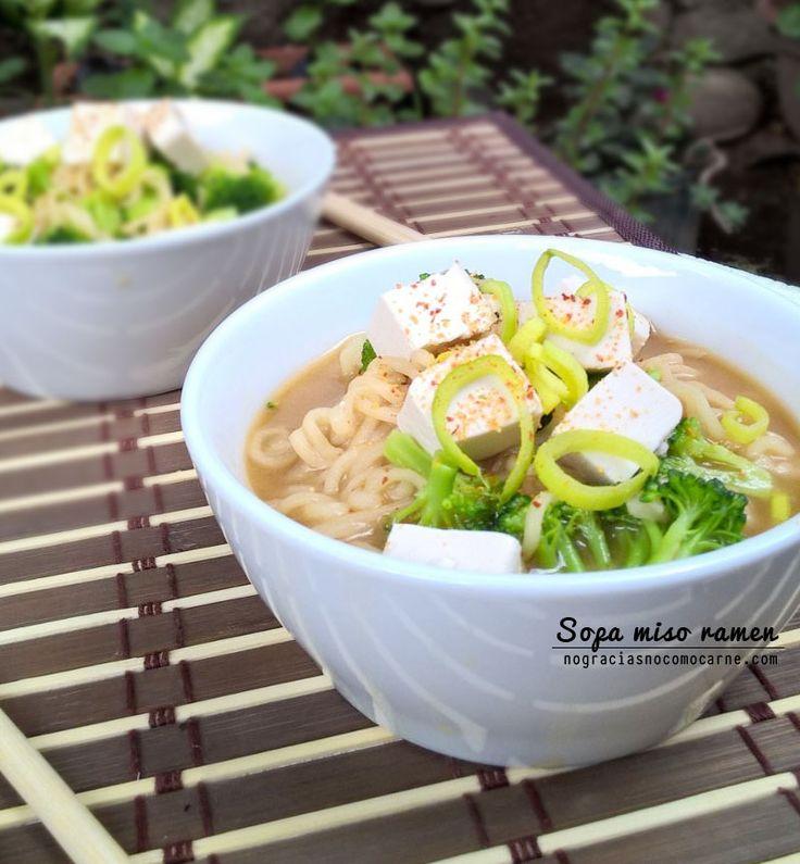 Receta de sopa miso ramen Ingredientes - 1 paquete de fideos ramen instantáneos- 2 tazas de agua.- 2 cucharadas de pasta de miso- 1 taza de brócoli- 1/2 taza de tofu firme en cubos- 1 cucharada de puerro o cebolla verde picada- Chile en polvo Instrucciones Hervir los fideos en 2 tazas de agua según las instrucciones en el paquete. Durante el último minuto de cocción añade el brócoli.Toma 2 cucharadas del agua de los fideos ramen y mezcla con las dos cucharadas de pasta de miso hasta que se…