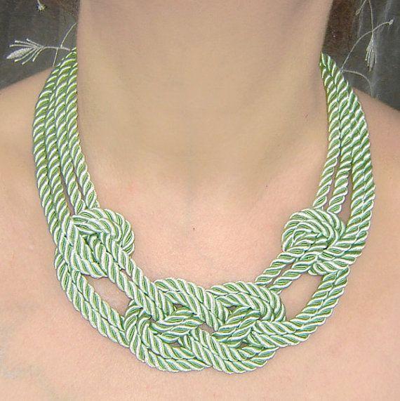 VENDITA. Collana con nodo marinaio verde tè. Corda di seta.