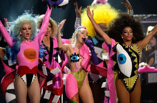 nice Miley Cyrus runs 2015 VMAs with nary a slip