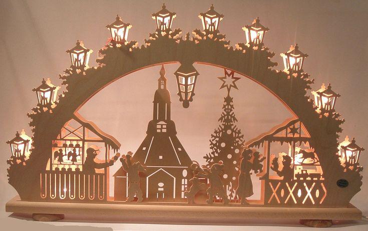 Schwibbogen Seiffener Kirche mit Weihnachtsmarkt.