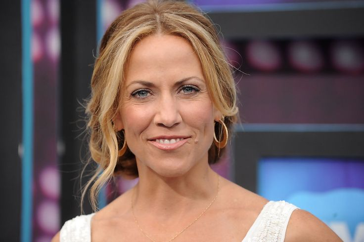 Sheryl Crow showed off her pinned-up ringlets while hitting the CMT Awards.