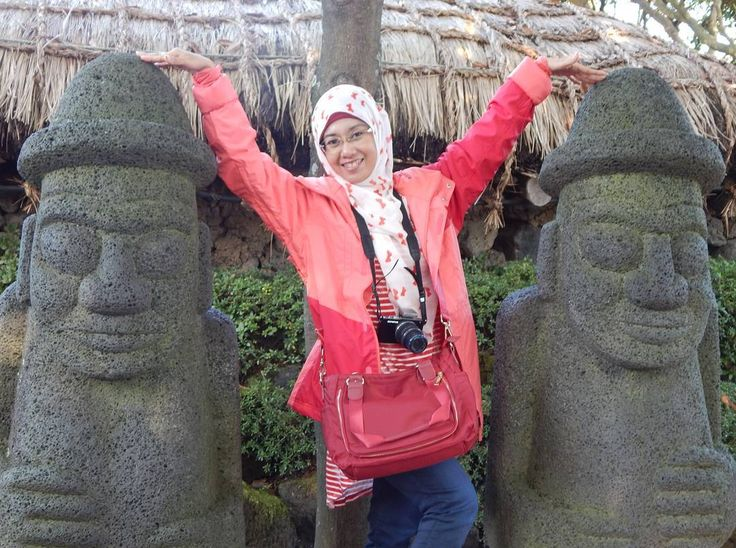 Dol Hareubang atau patung kakek ini simbol dari kesuburan. Ada kepercayaan kalo perempuan menggosok hidung Dol Hareubang, maka ia akan melahirkan bayi laki-laki dan kalau menggosok telinga patung ini, maka ia akan melahirkan bayi perempuan...kalau menggosok kepala?  #travelingwithhijab #hijabtraveller #bestnatureshot #nature #naturelovers #ig_sharepoint #landscapes #landscape #wonderful_places  #jalanjalan #tourist #endlesstraveling #travel #travelgram #traveling #instatravel #vacation #trip…