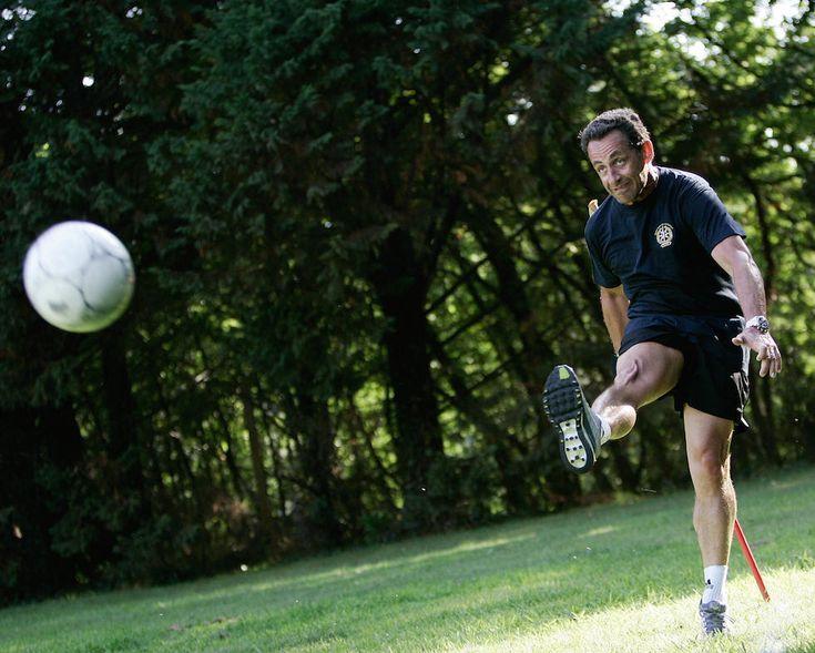 Politici e palloni: L'allora ministro degli Interni francese Nicolas Sarkozy (59) durante una partita a calcio con gli amici e i membri della sicurezza in vacanza ad Arcachon, in Francia, 6 agosto 2006 - Il Post