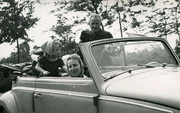 Cabriozeit. Familie Beckermann mit Pudel Tilli im Volkswagen Cabrio. Flohmarktfund http://autostolz.formfreu.de/2015/03/01/juni-1962/